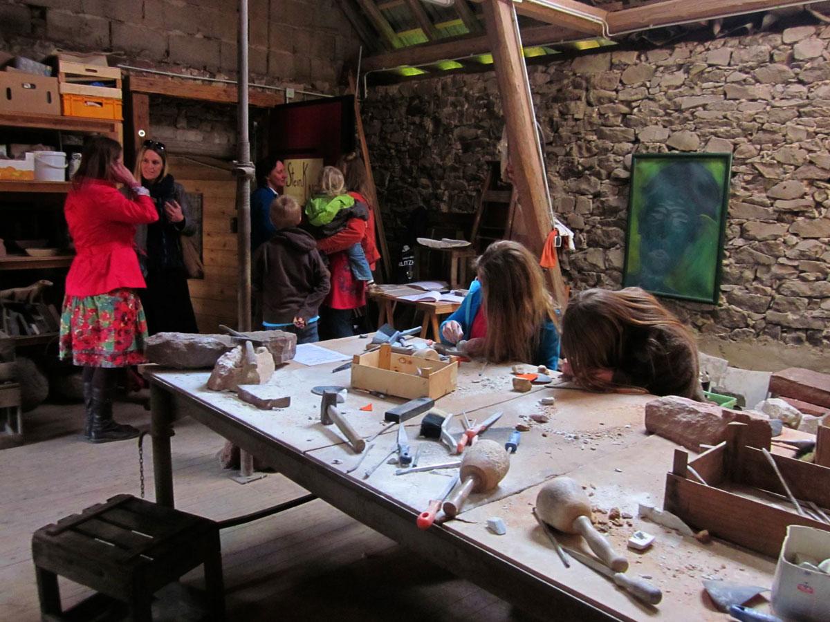 Kindergruppe in der Bildhauerwerkstatt