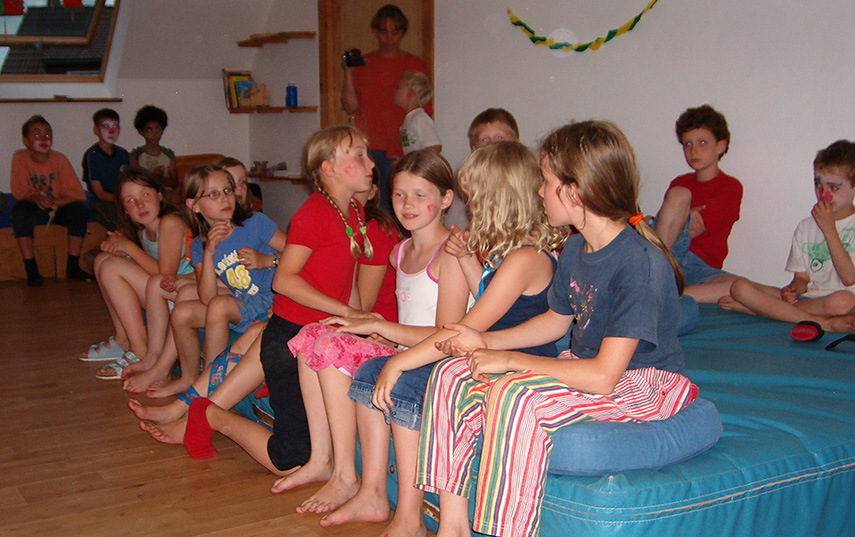 Gemeinsames Spielen der Kinder im Haus