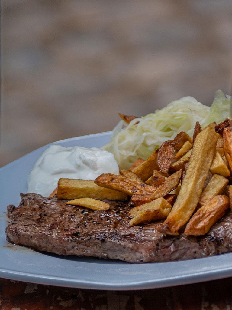 Steak mit Pommes und Salat